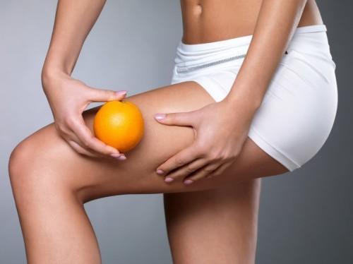 Девушка с апельсином в руках