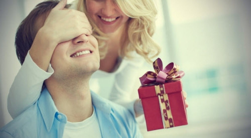 Жена дарит мужу подарок