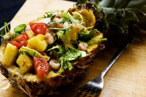 Ананас фаршированный креветками и овощами