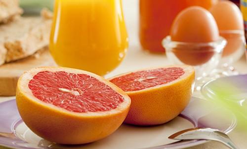 Апельсины, яйца и сок в стакане