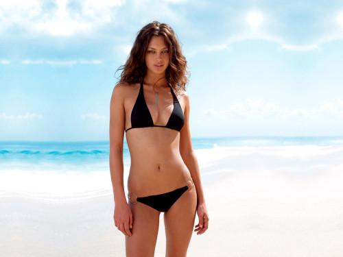Красивая стройная девушка на берегу моря
