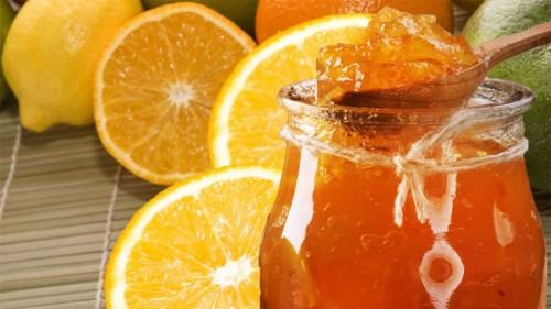 Апельсины и банка с джемом