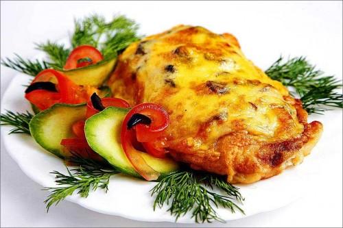 Мясо с грибами под соусом с зеленью и огурцами