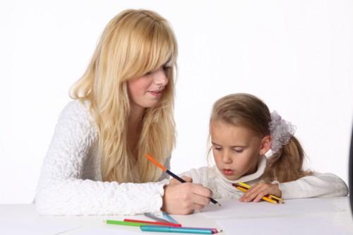 Мама учит дочку писать буквы