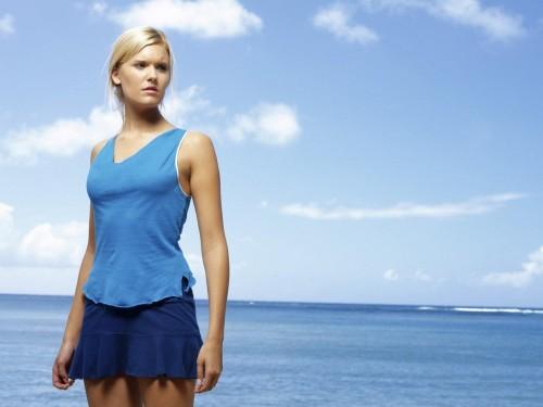 Девушка в синей юбке на берегу моря