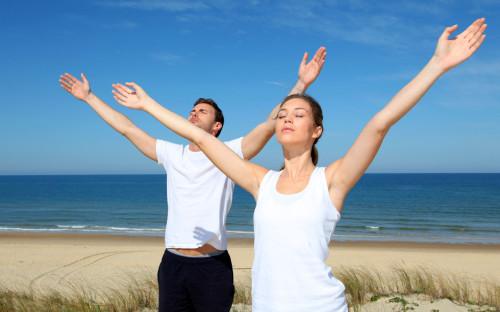 Мужчина и девушка делают дыхательную гимнастику